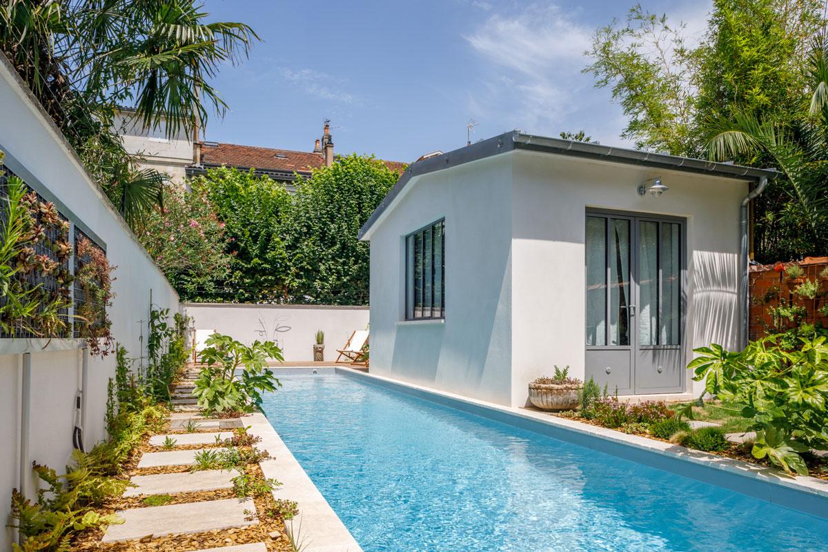 nage - détente - piscine privée à Bordeaux - au bord de la piscine